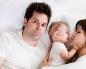 Ребенок в постели родителей
