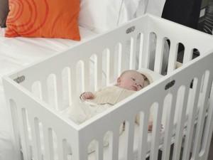 Кроватка рядом с кроватью родителей