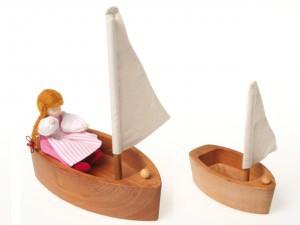 Простая деревянная лодочка