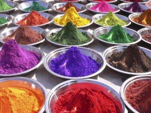 Добавление красителя для получения разноцветного теста