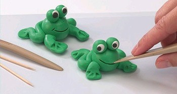 Лягушки из пластилина