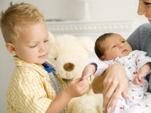 Интерес и забота старшего ребенка к млашему